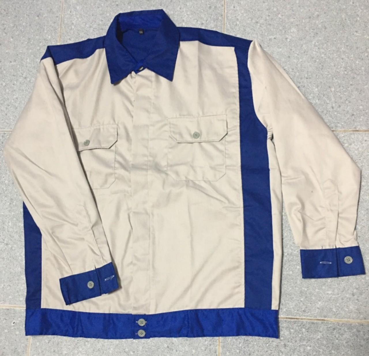Áo công nhân may sẵn màu xám trắng phối xanh.